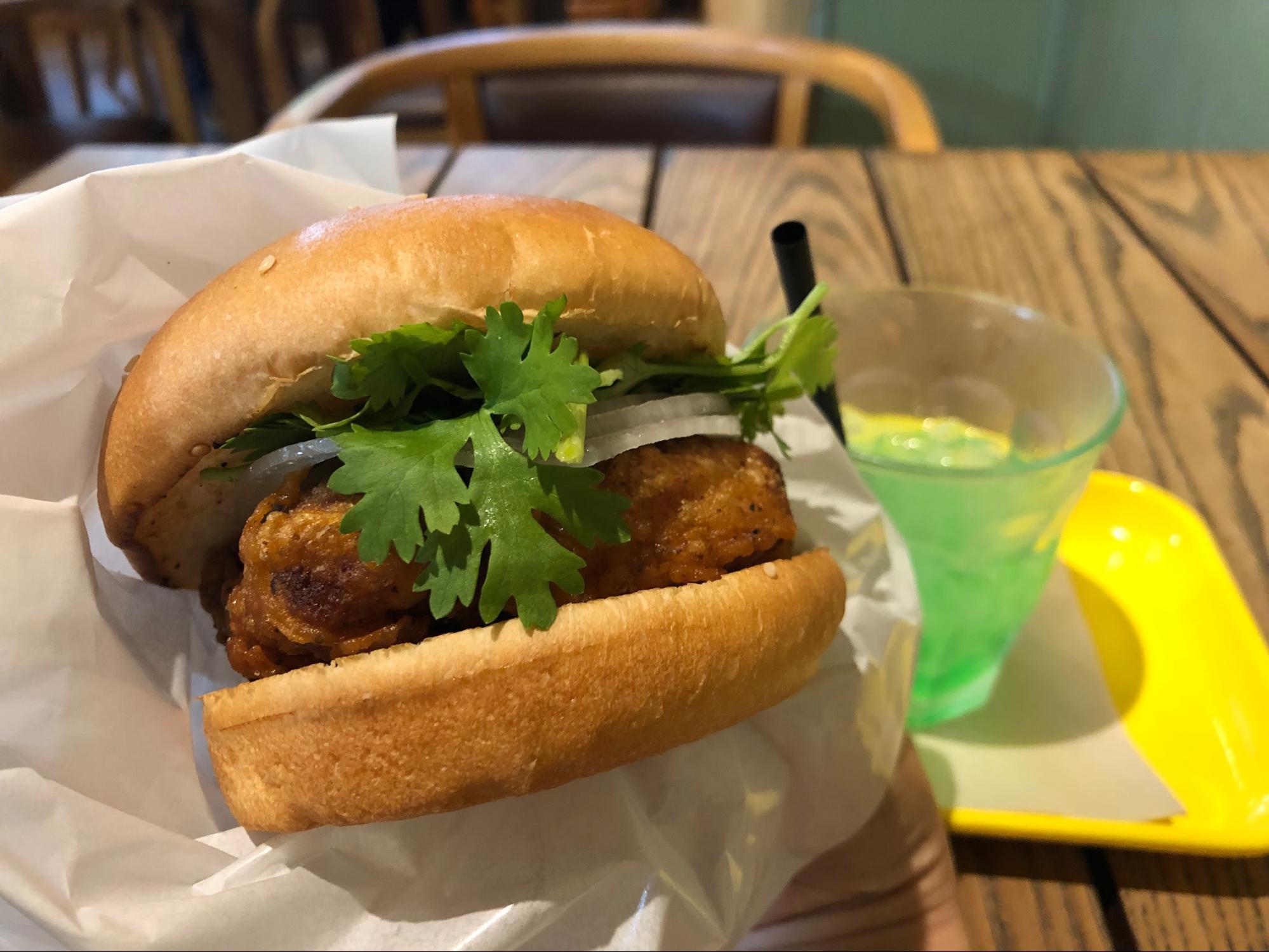 夏気分を取り戻す!「麻辣(マーラー)チキンバーガー」実食レビュー