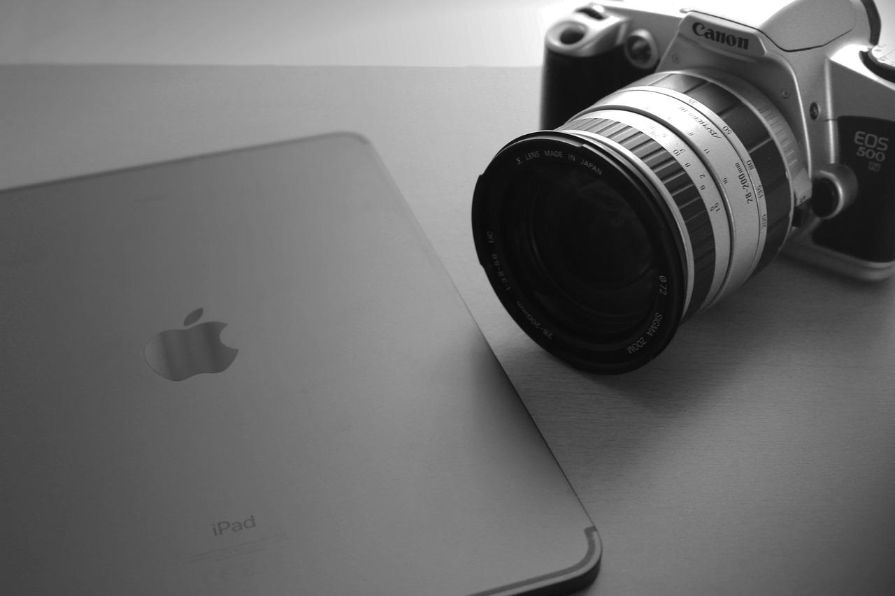 外注業者の取材イメージ(iPadとデジタル一眼カメラ)