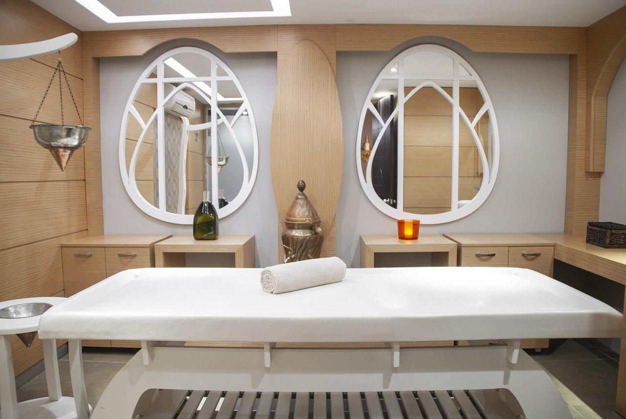 施術台や鏡などがあるエステサロンの室内